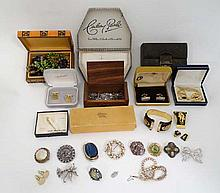 A quantity of assorted costume jewellery to include brooches, bracelets, beads etc