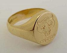 An 18ct gold Gentleman's signet ring with engraved fox head armorial to top