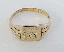 A Gentleman's gold signet ring. (4g)  Please Note - we do not make refe