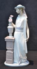 LLADRO WOMAN WITH PEDESTAL & VASE WITH FLOWERS