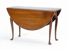 ANTIQUE AMERICAN QUEEN ANNE DROP-LEAF TABLE In walnut with cabriole legs ending in duck feet. Height 28
