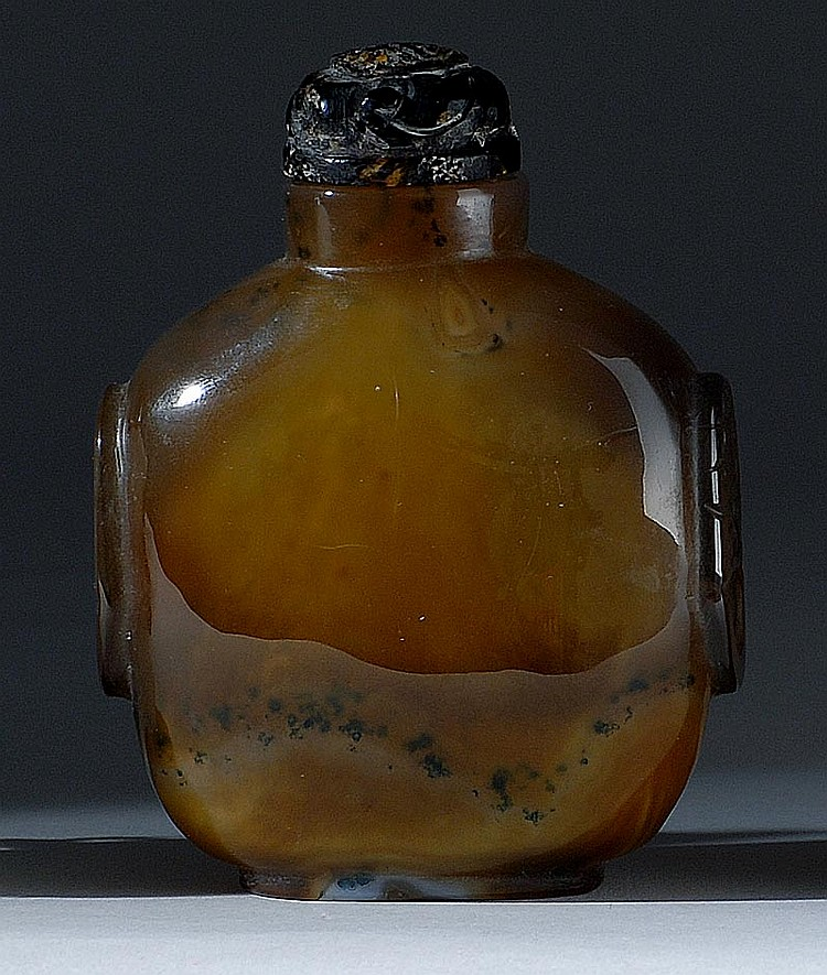 FLOATER AGATE SNUFF BOTTLE In ovoid form with mask and mock ring handles. Height 2¾