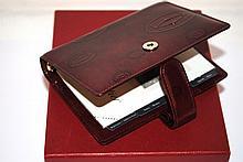 CARTIER - porte-agenda de la ligne Must, en cuir de veau bordeaux, avec boîte et