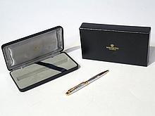 MIKIMOTO INTERNATIONAL. Stylo-bille en métal argenté et doré, surmonté d'une per