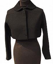 ALAIA - spencer en laine noire, col claudine, un bouton visible au col et 4 sous