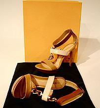 FENDI - paire d'escarpins ouverts en cuir naturel, jeu de boucles dorées sur le