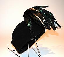 CHRISTIAN DIOR - petit calot à larges bords en feutre noir, agrémenté d'une gran