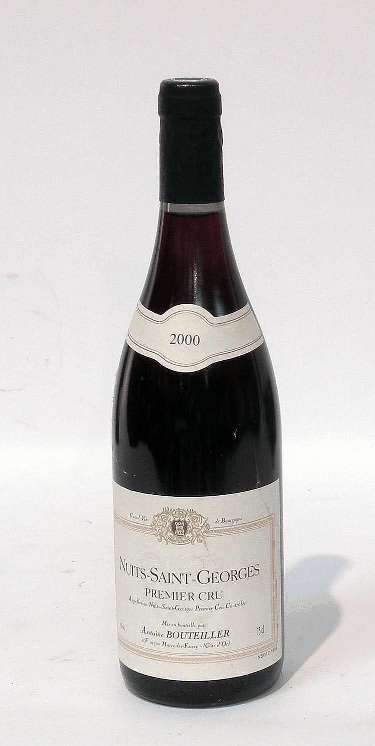 12 Bouteilles de NUITS SAINT GEORGES, Antoine Bouteiller 2000.