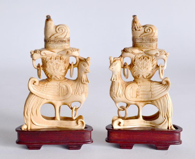 Paire de VASES couverts en ivoire sculpté., décor de phoenix. Chine, première mo