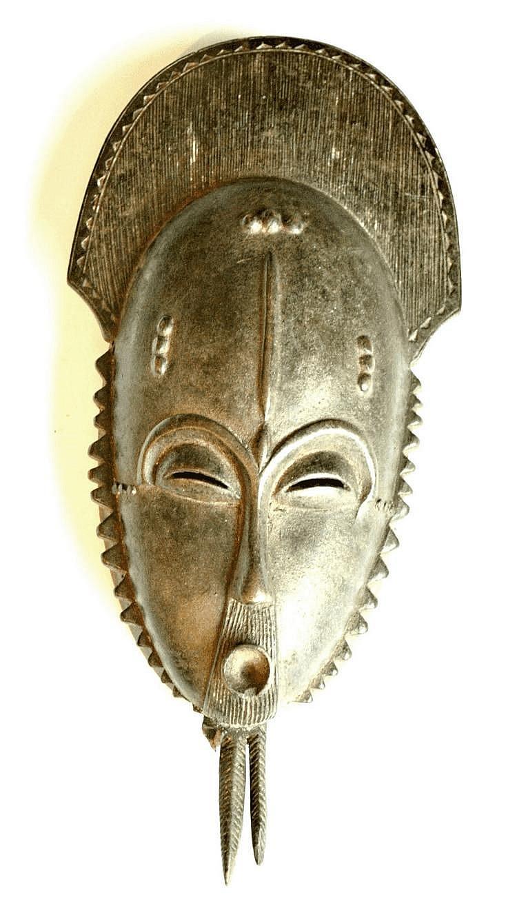 Côte d'Ivoire,  YAOURE. Masque de danse avec une fort belle coiffe traditionnelle. Bois (Manque à la barbe) 38,5 cm