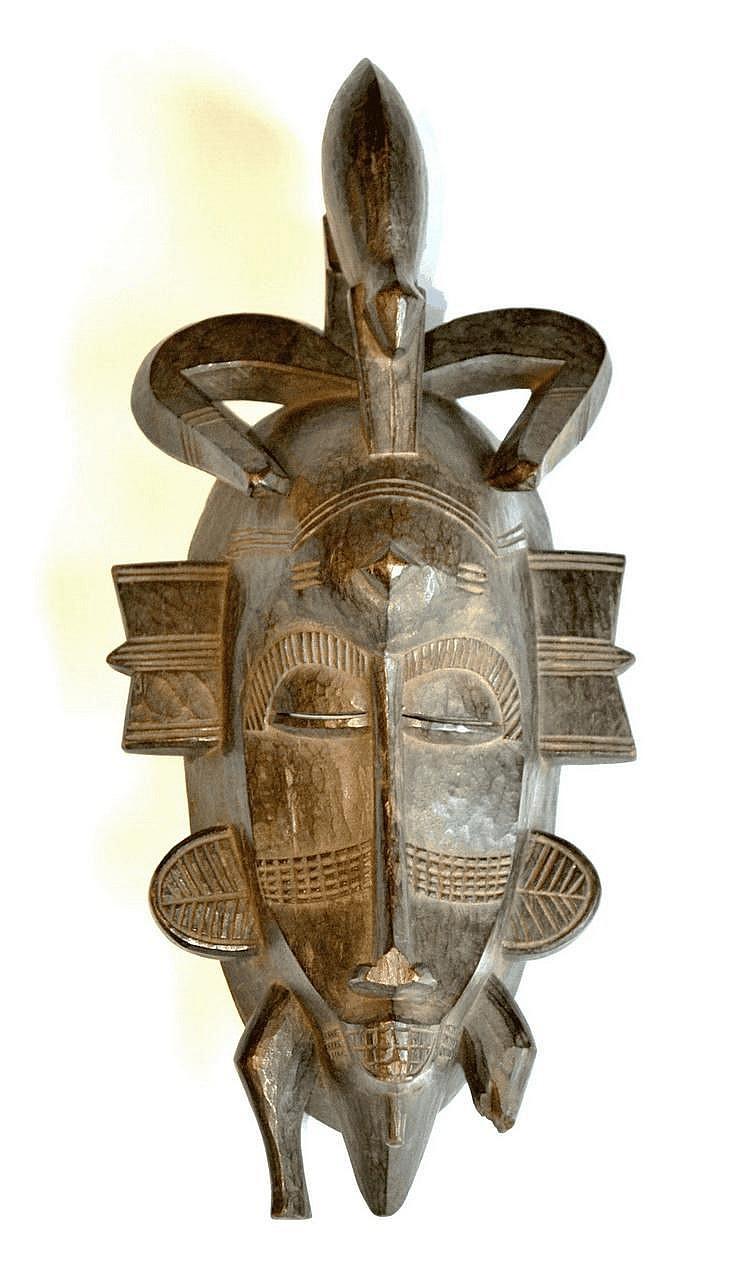 Côte d'Ivoire,  SENOUFO. SENOUFO. Côte d'Ivoire. Beau masque de danse dont le sommet est surmonté d'un reptile (Manque à la base droite). Bois 33 cm