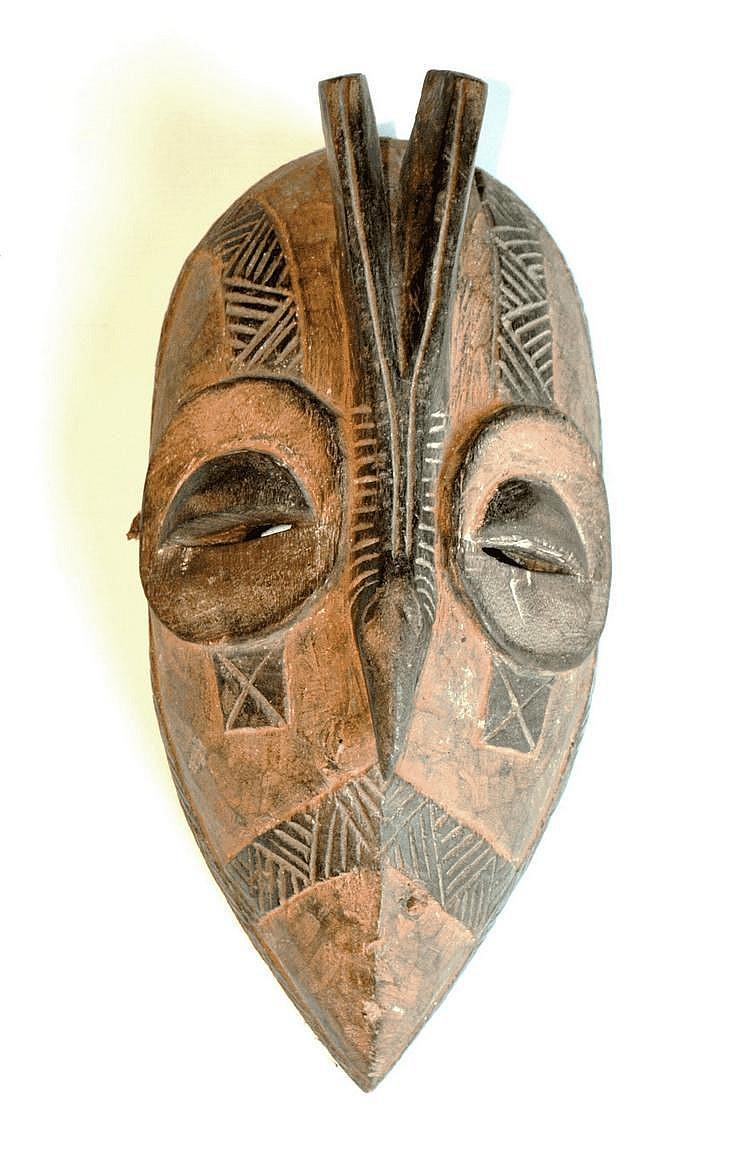 Côte d'Ivoire,  YAOURE. Masque de danse polychrome avec un nez en forme de bec. On trouve un N° de collection (375) sur la face arrière. Bois, Cordelette 27,5 cm