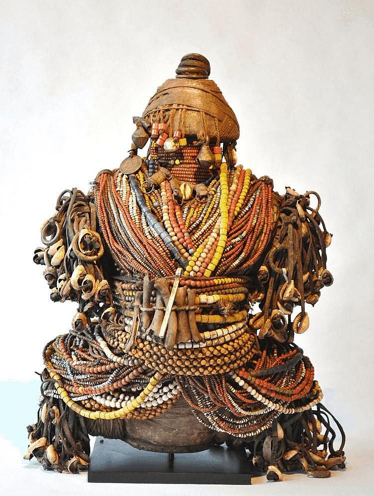 Cameroun,  NFALI. Poupée de fertilité du Nord Cameroun. Bois, perles, tissus, cauris, cuir, os. 40 cm
