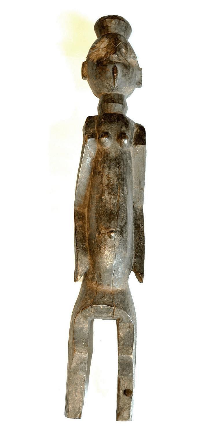 Nigeria,  MUMUYE. Statue féminine dont le visage est représenté avec un bec. Les bras le long du corps sont dans une position traditionnelle à la statuaire Mumuye. Belle patine ancienne. Bois 67 cm