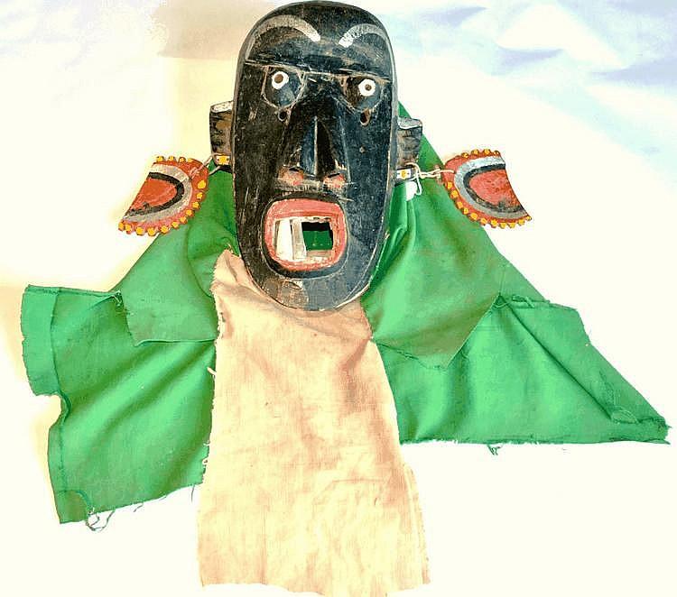 Guinée, TOMA. TOMA. Guinée. Il faut les voir danser... Grand masque polychrome de danse sur lequel une bouche aux deux dents d'argent (notez qu'il en manque 3) 35 cm Sans le tissus
