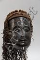 R.D.C Tschokwe Masque pwo avec labret figuré en menton. Bois à patine brune, coiffe en fibres. 36 cm
