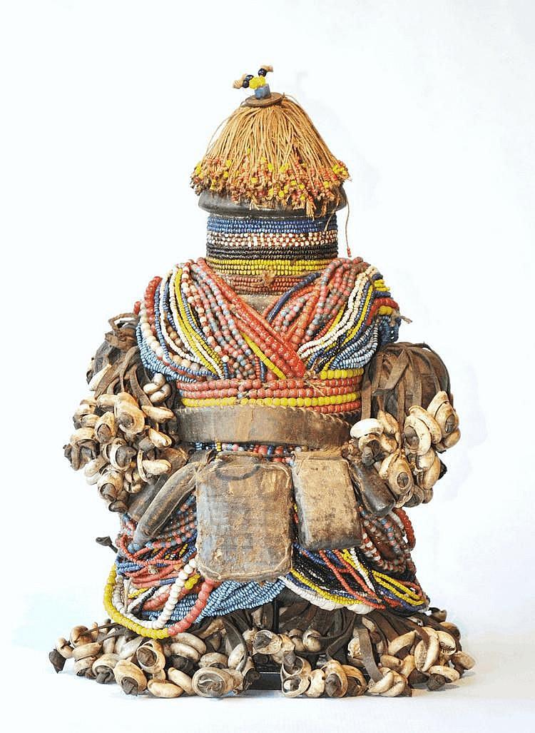 Cameroun,  NFALI. Poupée de fertilité du nord Cameroun. Bois, perles, tissus, cauris, petits sacs de cuir 36 cm