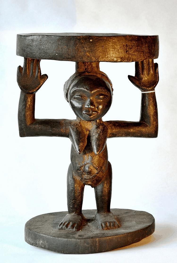 RDC,  LUBA. Tabouret à cariatide féminine. Le ventre est scarifié et la coiffe est particulièrement intéressante. Bois. 35,5 cm