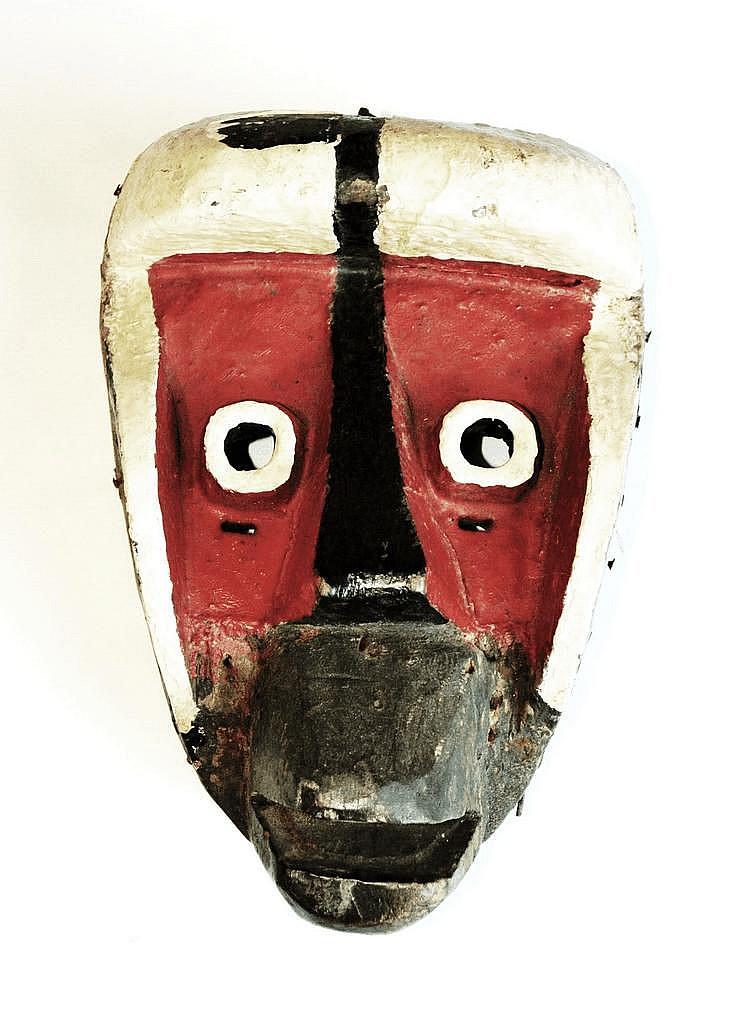 Côte d'Ivoire,  GUERRE. Ancien masque de danse polychrome (blanc, rouge et noir). Les yeux sont circulaires et se détachent du visage. La bouche est entrouverte alors que les oreilles encadrent le visage. Bois, peinture et clous. 28,5 cm