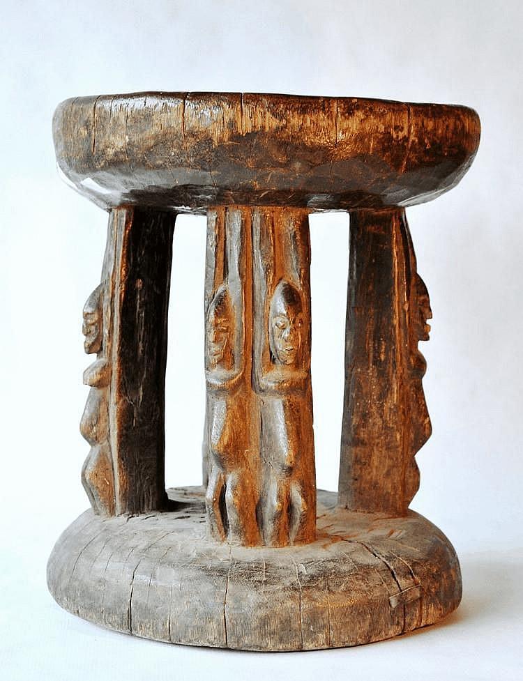 Mali,  DOGON. Tabouret entouré de 4 couples , chacun ayant les bras levés afin de supporter le siège. Bois. 33,5 cm