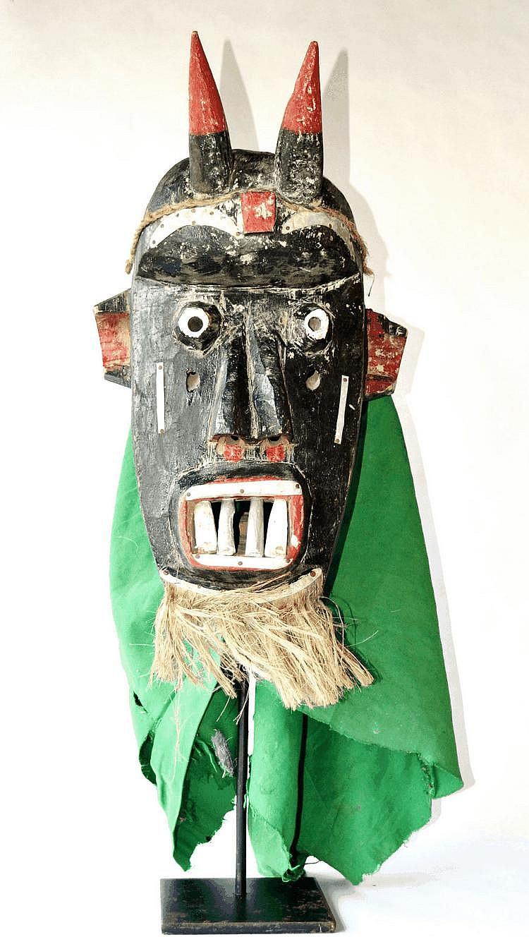Guinée, TOMA. TOMA. Guinée. Il faut les voir danser... Grand masque polychrome de danse sur lequel une bouche aux quatre dents d'argent* produit l'effet de stu 48 cm sans le tissus et sans la barbe