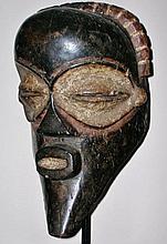 Masque facial anthropomorphe de danse - Peuple MBANGANI - RDC ex-Zaïre - Bois avec pigmentation de kaolin autour des yeux et dans la bouche - Dimension: 34,5 cm.Provenance: Coll. privée d'un ancien antiquaire (Bruxelles)Les masques de l'ethnie