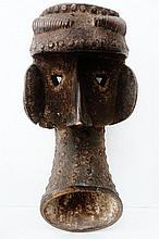 Masque facial zoomorphe de danse - Peuple KRAN - Côte d'Ivoire - Bois dur, à très ancienne patine croûteuse à certains endroits, clous de tapisser en laiton - Dimensions: H. 43,5 cm Provenance: Collection particulière d'un amateur Belgique