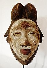 Masque blanc de danse - Peuple PUNU - Gabon - Bois polychrome - Dimension: H. 34 cm Provenance: Coll. privée d'un médecin d'Île de France. Masque blanc des Punu, en bois léger rehaussé de pigments de kaolin blanc qui recouvrent le visage. Les