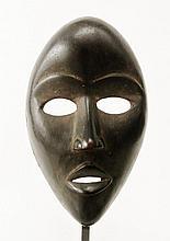 Masque de danse féminin - Peuple DAN Nyomu Nea - Côte d'ivoire - Bois à très belle patine végétale noire, ancienne et brillante. Dimension: H. 22 cm Provenance: Collection particulière Belgique (Brabant wallon)