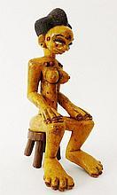 Sculpture polychrome Tububele d'une femme assise sur un siège - Peuple SENOUFO - Côte d'ivoire - Bois dur polychrome à belle patine d'usage. Dimension: 32 cm Provenance: Collection particulière - Belgique (Brabant wallon) A première vue d'une