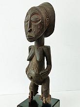 Statue d'ancêtre féminine - Peuple HEMBA - RDC ex-Zaïre - Bois à patine foncée, matte et sèche - Dimension: H. 49 cm.Provenance: Collection privée (Belgique). Il est bien connu que la plupart des statues anciennes Hemba sont masculines, plus rarement