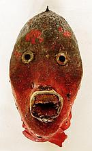 Très rare masque des rituels de règlement des conflits recouvert d'ancien tissu rouge de tunique de militaire français - Peuple DAN - Côte d'ivoire - Bois à très ancienne patine végétale croûteuse, tissus de couleur rouge, dents (2), clous, matières