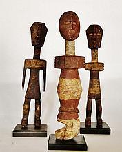 Trois statuettes anthropomorphes - Peuple ADA - Ghana / Nigeria (?) - Bois léger polychrome à très belle patine naturelle et ancienne - Dimension: H. 20 cm, toutes les trois. Provenance: Coll. privée d'un médecin d'Île France. Ces trois statuettes,