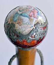 CANNE, le pommeau boule en métal émaillé rouge et argent à motifs Rocaille et sc
