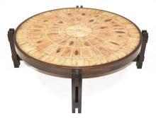 Roger CAPRON (1922-2006) TABLE basse, le plateau en carreaux de grès flammé estampés de feuillages au naturel, le piètement en bois.