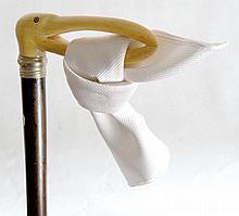 CANNE porte foulard Art Nouveau, poignée équerre en ivoire représentant une cigo