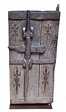 Importante porte Bambara, sculptée de quatre crocodiles, la serrure ornée d'un c