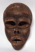 Masque gorille (Congo/Zaïre), bois dur érodé avec traces de portage et restes de