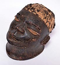 masque casque Makondé/Mapiko, Tanzanie, bois léger à patine manifestement d'usag