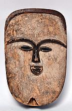 ancien masque Vuvi (Gabon), bois tendre, visage recouvert de kaolin comme tous l