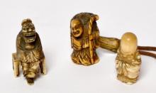Lot de trois NETSUKES en ivoire, sages et et demon. Japon fin XIXe début XXe.