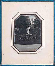 [DAGUERRÉOTYPE]. Femme au tambourin, sculpture dans un jardin. Années 1840. Dagu
