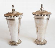 Christian DIOR. Paire de POTS couverts en métal argent de forme conique, la base