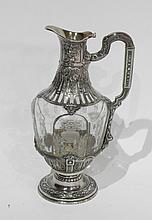 AIGUIERE en cristal gravé de vases fleuris, la monture en argent à canaux ajouré