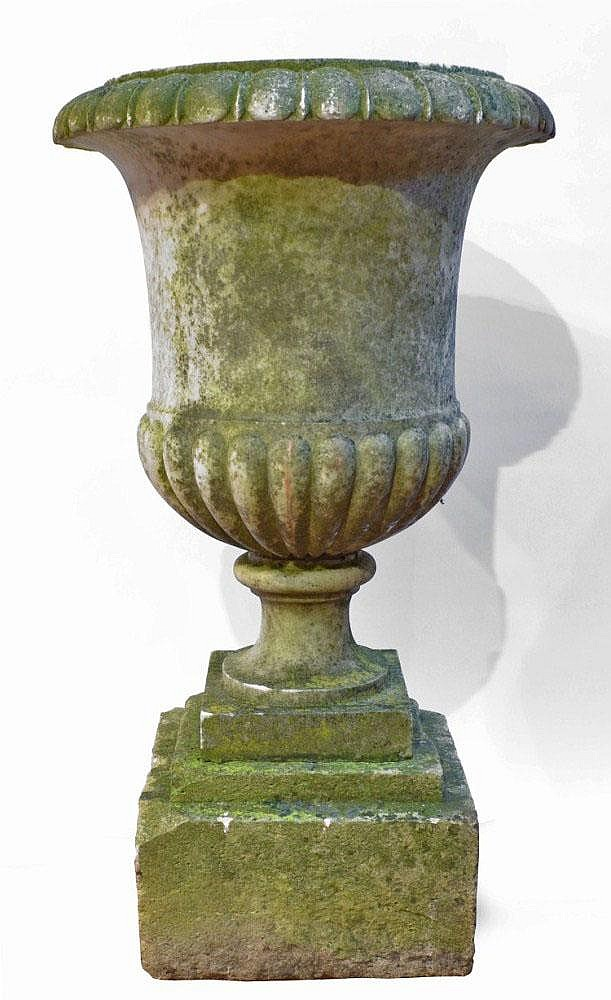 Important VASE Medicis de jardin en marbre blanc, le corps à godrons, la base à deux gradins en pierre. XIXe. 106 x 63 cm
