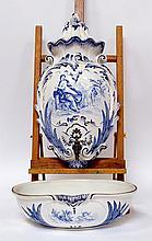 FONTAINE et son bassin en faïence de CREIL & MONTEREAU, à décor en camaïeu de bl