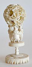 Petite BOULE de CANTON en ivoire sculpté et repercé, reposant sur trois oiseaux