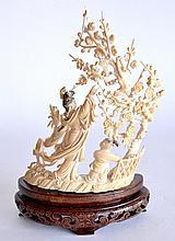 GROUPE en ivoire sculpté et finement repercé, à décor d'une femme et enfant aupr