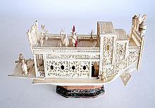 JONQUE en ivoire finement repercé et ajouré, à décor de personnages chinois conv
