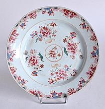 ASSIETTE en porcelaine de la Compagnie des Indes à décor floral polychrome.